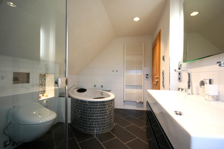 referenzbad mit badewanne herrmann b der w rme wasser gmbh. Black Bedroom Furniture Sets. Home Design Ideas