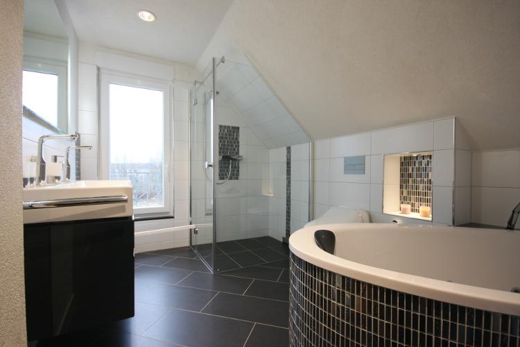 referenzbad mit bodenebener dusche herrmann b der w rme. Black Bedroom Furniture Sets. Home Design Ideas