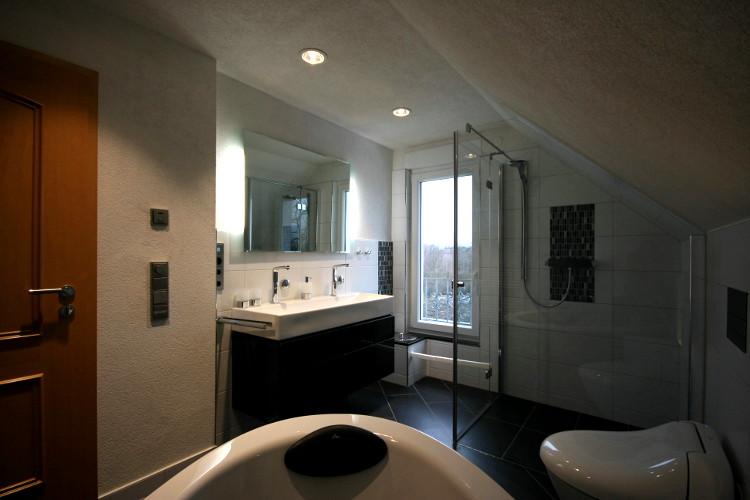 referenzbad mit bodenebener dusche herrmann b der w rme wasser gmbh. Black Bedroom Furniture Sets. Home Design Ideas