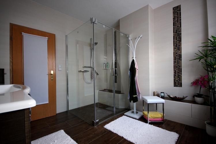 bad mit eleganter fliesengestaltung und bequemer bodengleicher dusche herrmann b der w rme. Black Bedroom Furniture Sets. Home Design Ideas