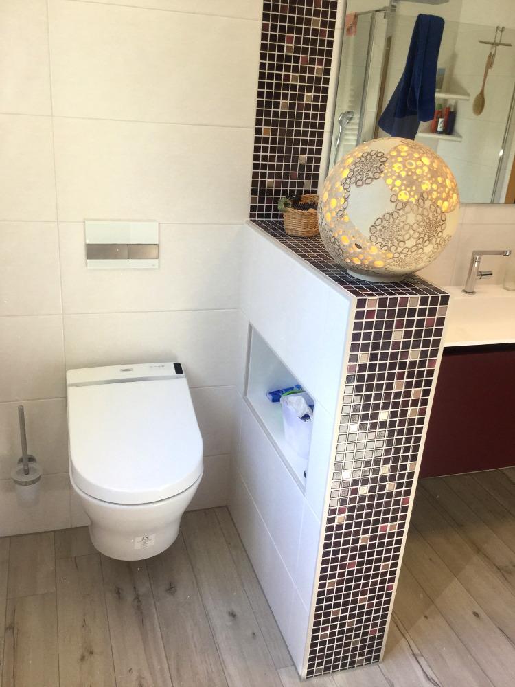 Bad mit speziell angefertigtem Leucht-Gestaltungsobjekt