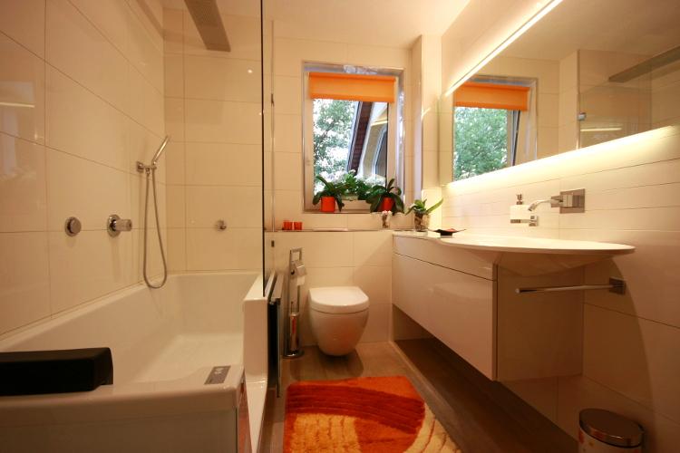 Referenzbad mit Tür in der Badewanne - Herrmann Bäder Wärme Wasser ... | {Duschbadewanne mit tür 74}