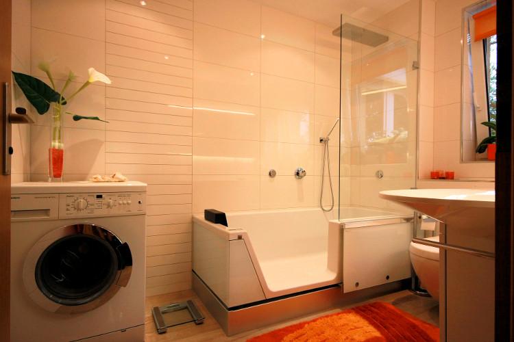 Referenzbad Mit Tür In Der Badewanne Herrmann Bäder Wärme Wasser Gmbh