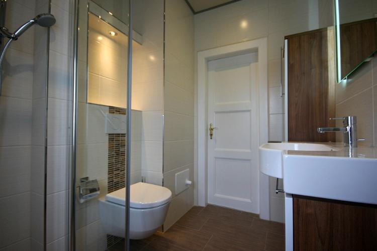 referenzbad mit holzbodenoptik herrmann b der w rme. Black Bedroom Furniture Sets. Home Design Ideas