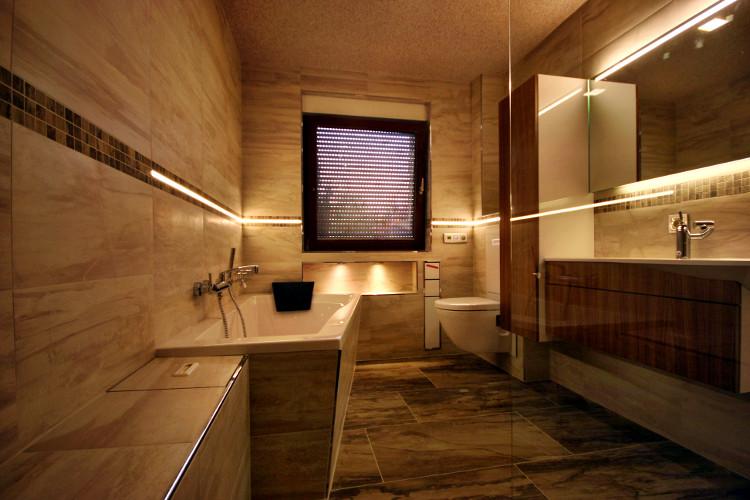 Referenzbad mit Steinoptik und LED-Beleuchtung - Herrmann Bäder ...