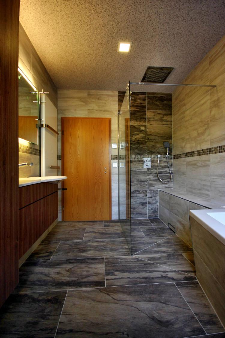 referenzbad mit steinoptik und led beleuchtung herrmann b der w rme wasser gmbh. Black Bedroom Furniture Sets. Home Design Ideas