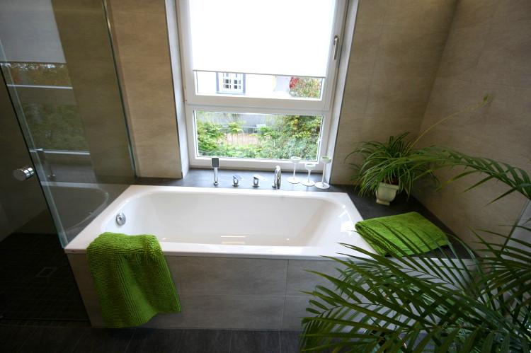 referenzbad mit gro en fenstern herrmann b der w rme wasser gmbh. Black Bedroom Furniture Sets. Home Design Ideas